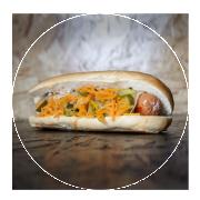 Queso cheddar, repollo, cebolla caramelizada, zanahoria y pepinillo: 4 €